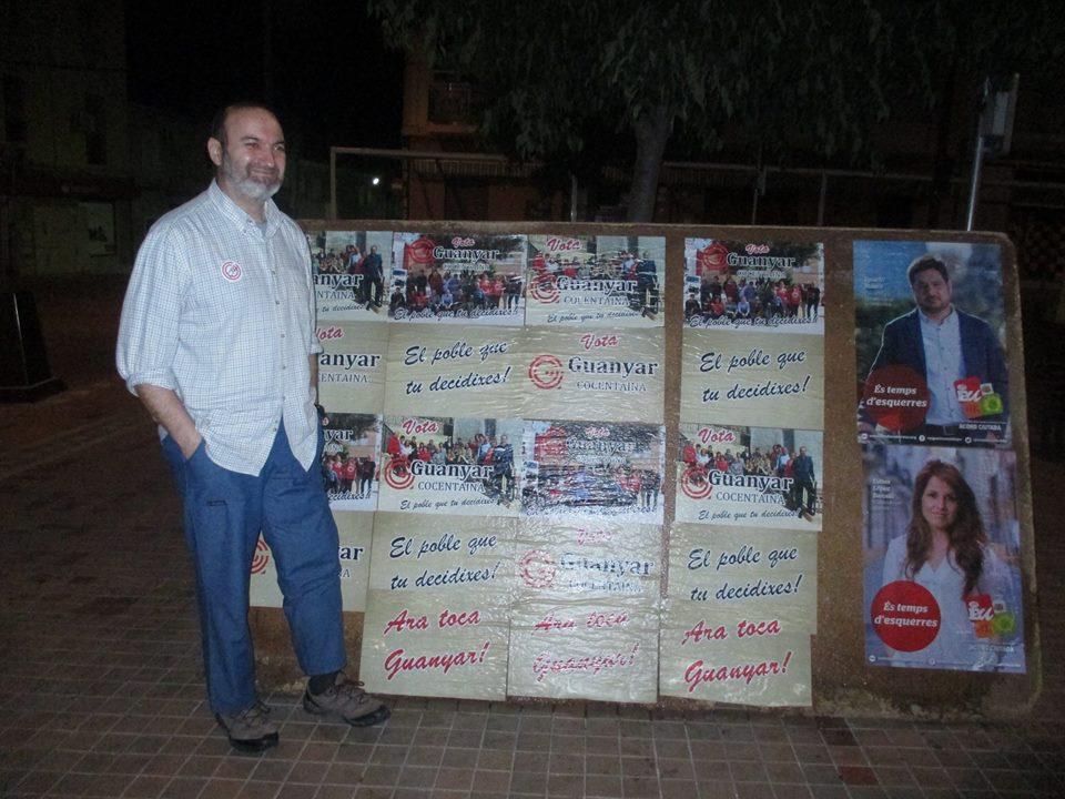 Bernardo Pérez pegando carteles de Guanyar Cocentaina