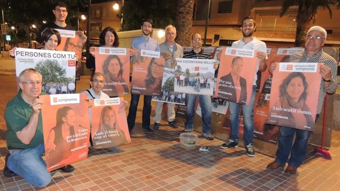 Xavi Anduix junto a sus compañeros de partido pegando carteles en el Passeig del Comtat