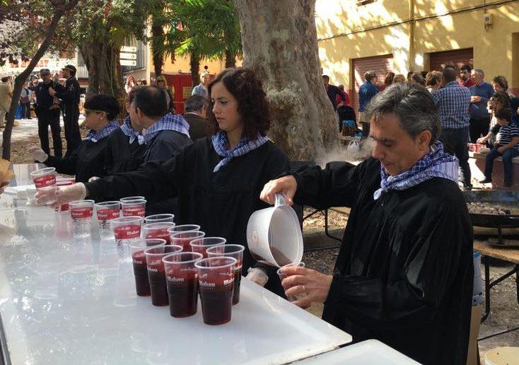 La alcaldesa y los concejales del Equipo de Gobierno han colaborado en el almuerzo