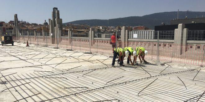 El nuevo pavimento del Pont de Sant Jordi empieza a tomar forma