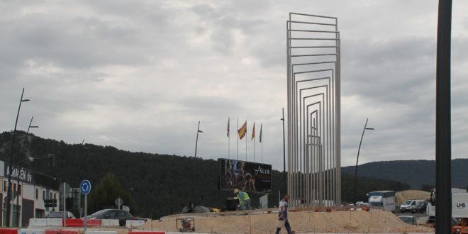 La escultura de Alfaro da la bienvenida desde la rotonda sur